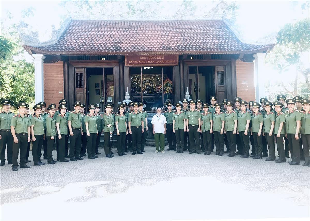Đoàn công tác chụp ảnh lưu niệm tại Nhà tưởng niệm Cố Bộ trưởng Trần Quốc Hoàn