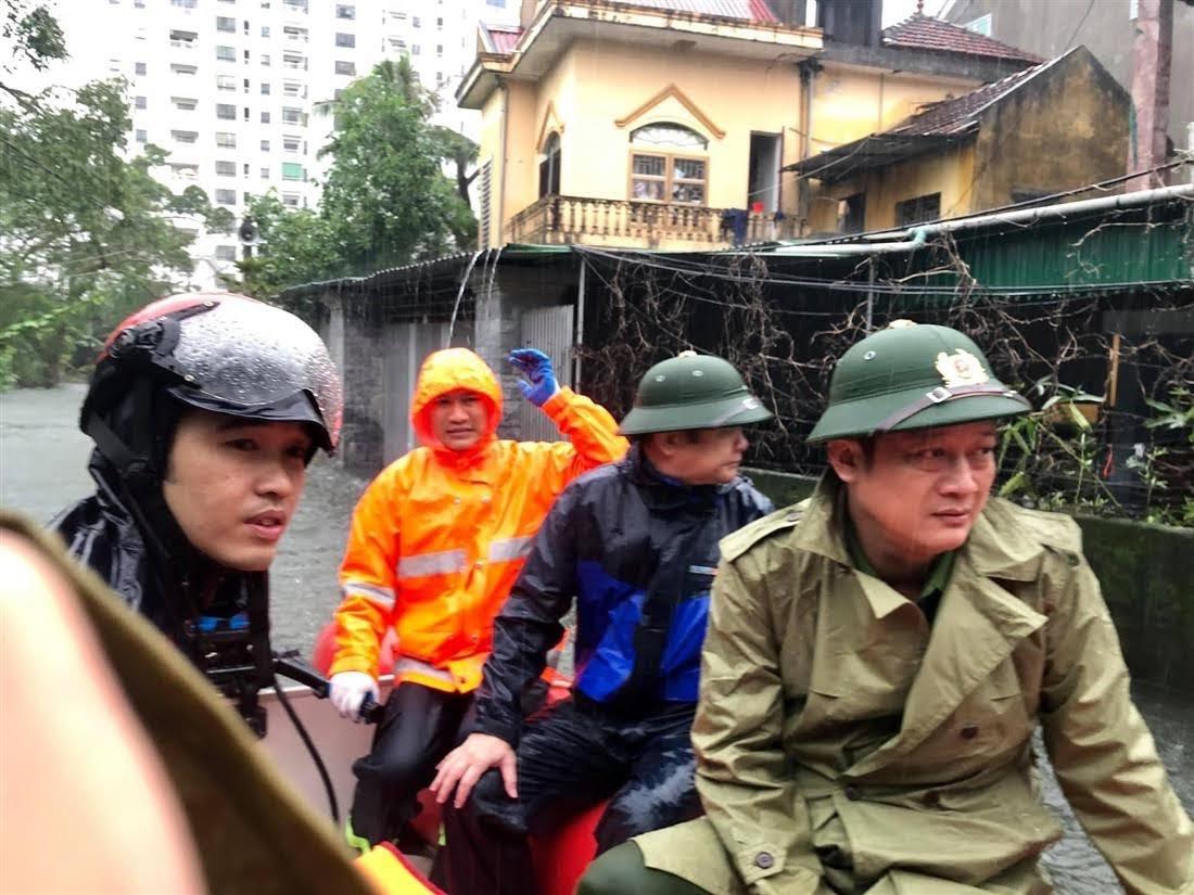 Đồng chí Thượng tá Nguyễn Đức Cường, Trưởng CATP Vinh cùng CBCS dùng thuyền vào vùng ngập lụt làm công tác cứu nạn, cứu hộ.