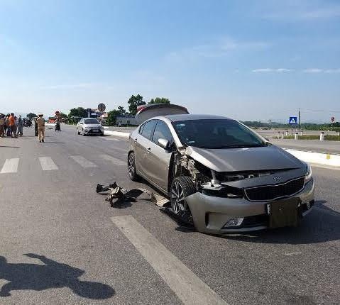 Xe ô tô 4 chỗ bị hư hỏng phần đầu