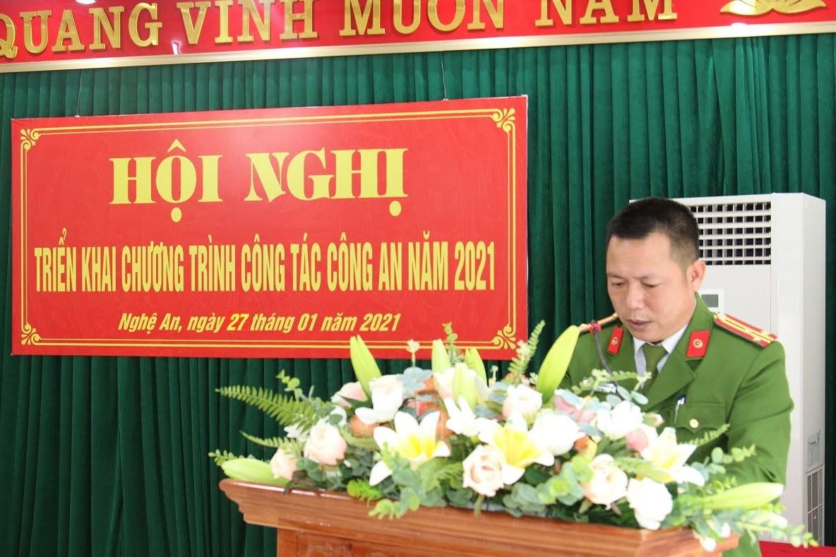Đồng chí Thượng tá Nguyễn Thái Hoà, Phó Trưởng phòng báo cáo tóm tắt kết quả công tác năm 2020 và phương hướng nhiệm vụ năm 2021 của Đơn vị