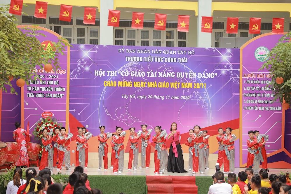 Cô giáo Đỗ Thùy Chi cùng các bạn học sinh lớp 4A1 đã có một tiết mục sân khấu hóa đặc sắc trong vở nhạc kịch Bống Bống Bang Bang.