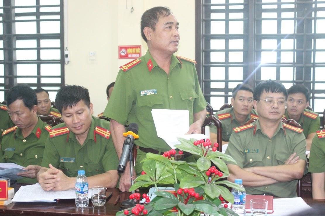 Đồng chí Đại tá Nguyễn Xuân Thủy, Phó Trưởng Công an thị xã báo cáo kết quả lĩnh vực công tác phụ trách