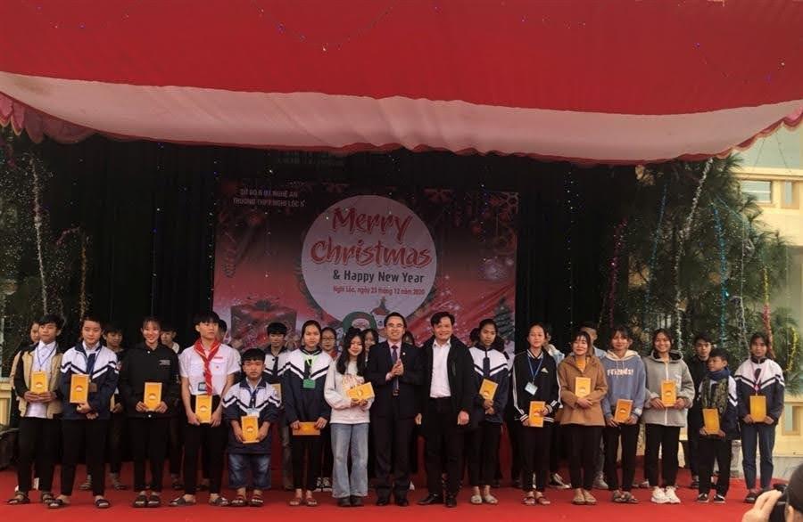 Đồng chí Lê Văn Ngọc, Phó Chủ tịch thường trực Ủy ban MTTQ tỉnh và nhà tài trợ trao quà cho các em học sinh