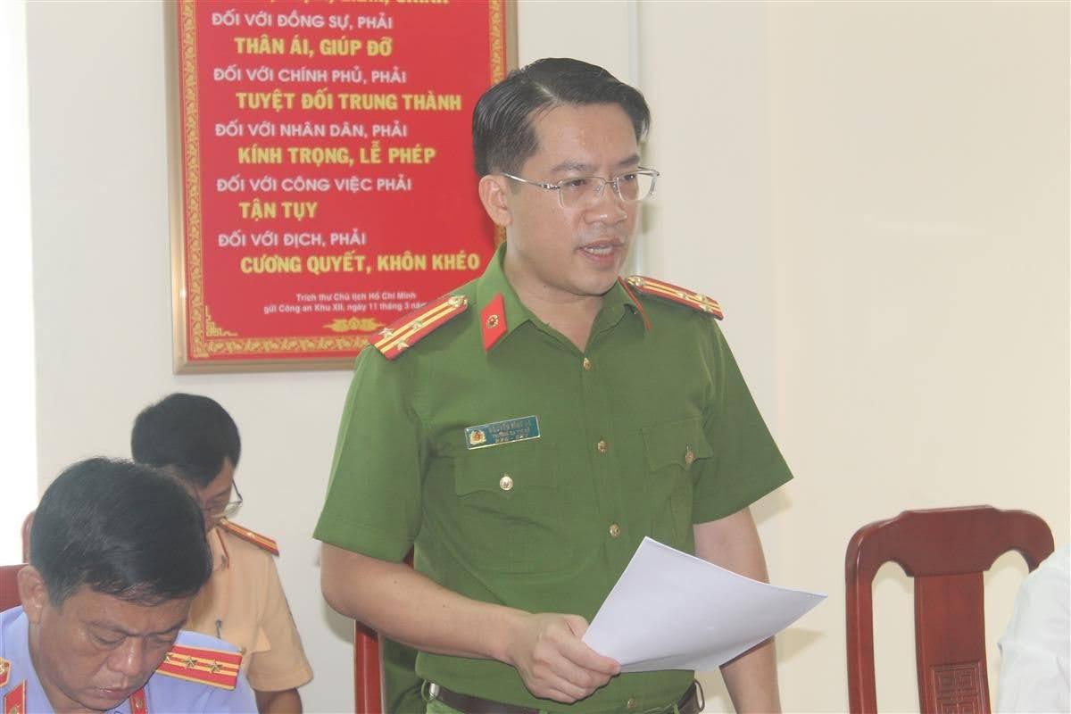 Thượng tá Nguyễn Bình Hà, Trưởng Công an thị xã trình bày báo cáo kết quả công tác trong 9 tháng đầu năm