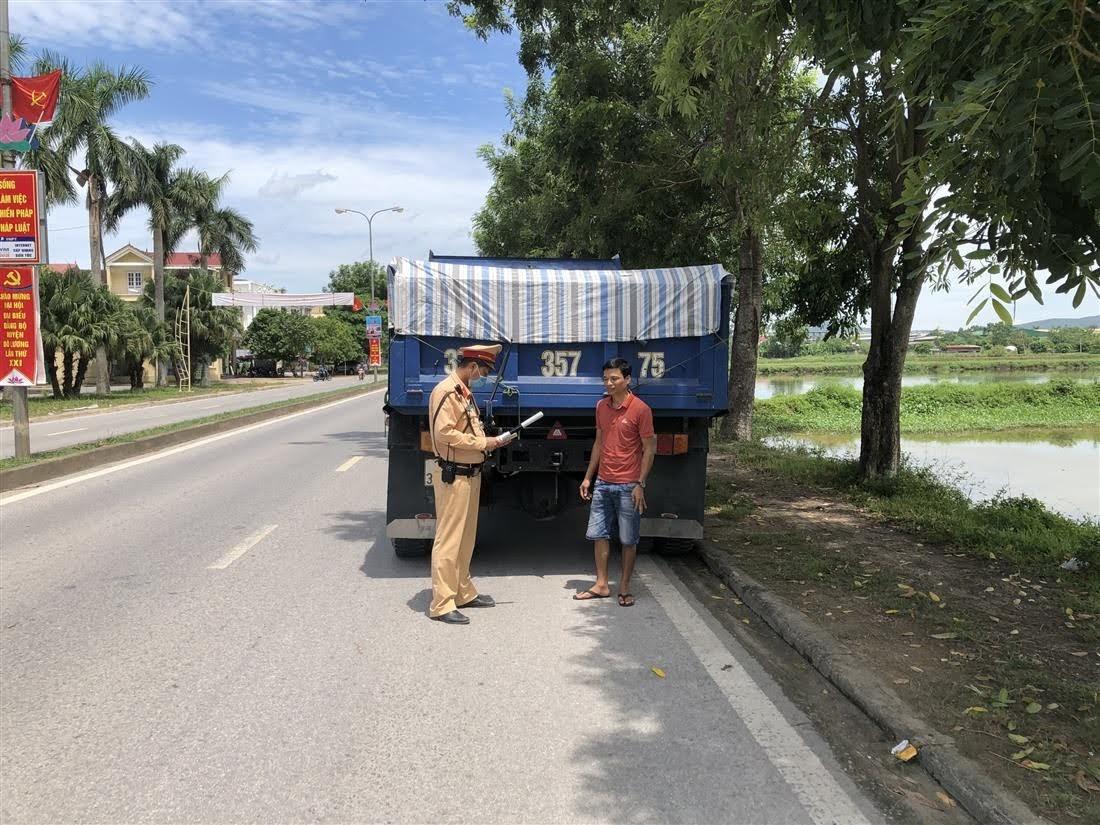 Cán bộ Đội CSGT số 4 vừa xử phạt kết hợp với tuyên truyền Luật ATGT đến các lái xe