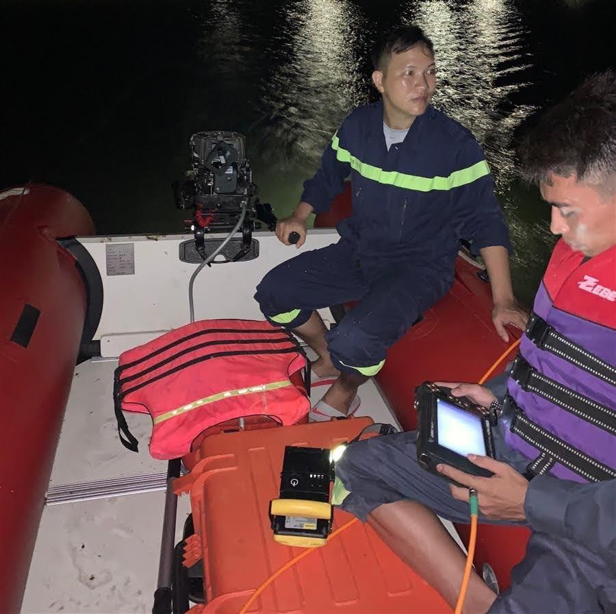Lực lượng CNCH khẩn trương tìm kiếm các nạn nhân trong đêm