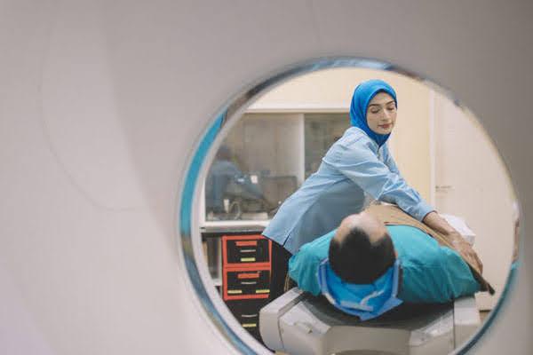 Pasien bersiap untuk menjalani pemeriksaan CT Scan untuk pengobatan penyakit kanker
