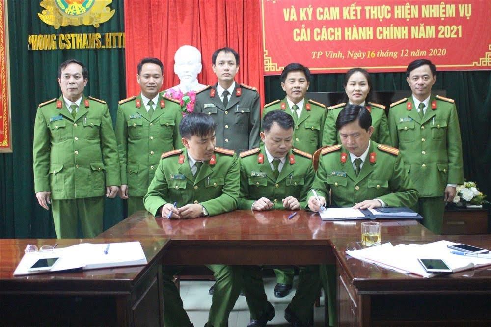 Chỉ huy đội công tác ký cam kết thực hiện nhiệm vụ CCHC năm 2021