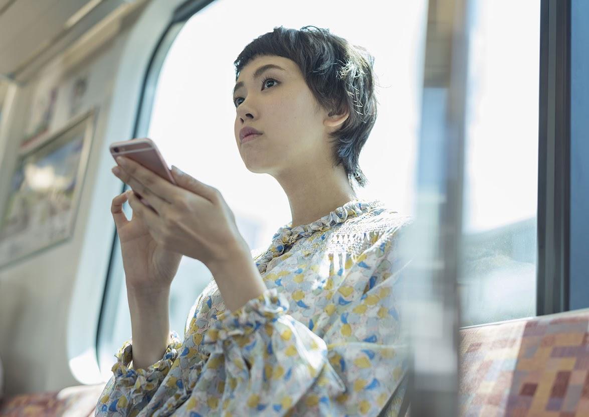 電車内でスマートフォン