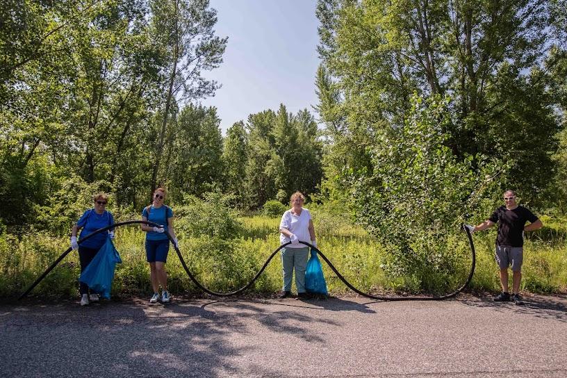 Vedci z Ústavu polymérov SAV sa aktívne zúčastnili na viacerých zberoch odpadov  z Dunaja a jeho okolia. Zdroj: Katarína Gáliková