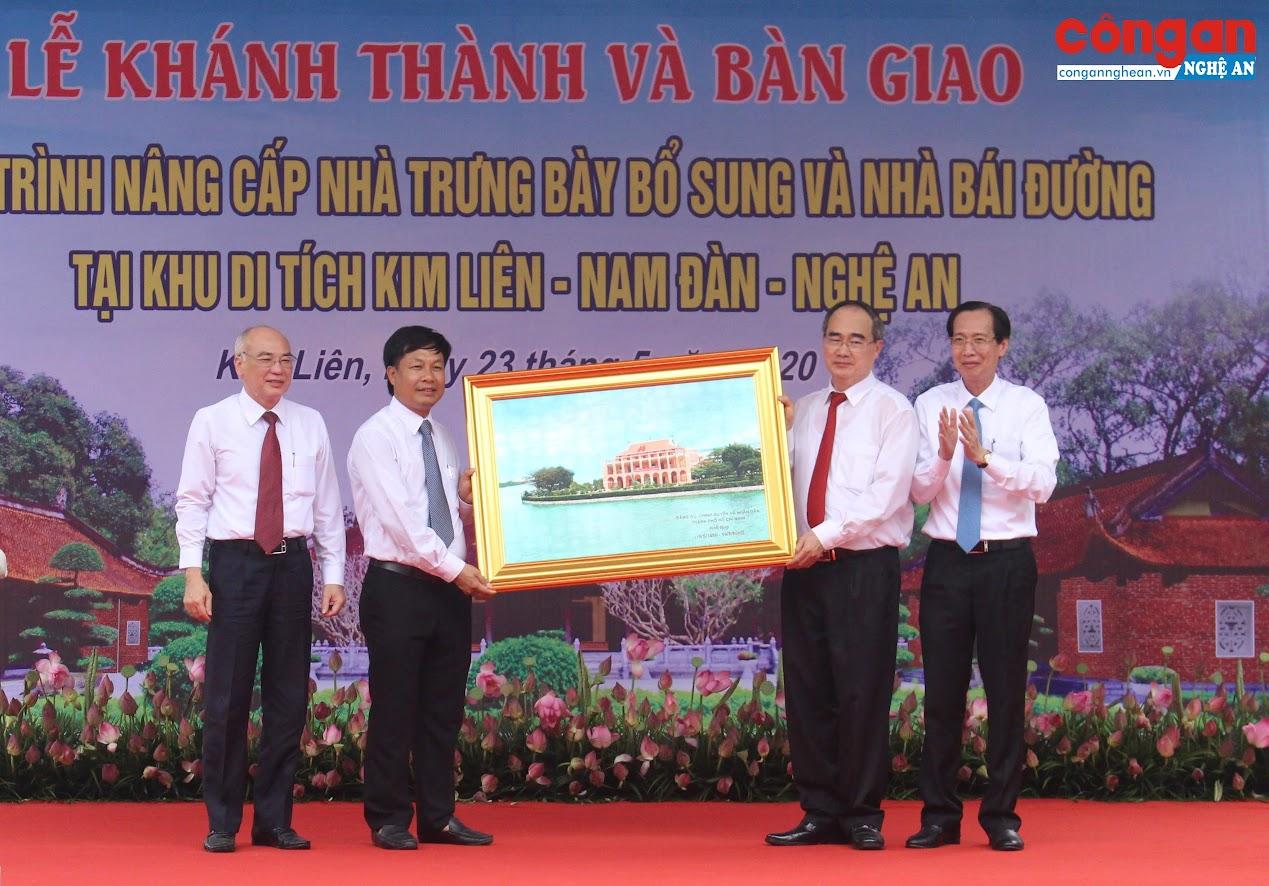 Lãnh đạo TP Hồ Chí Minh tặng quà cho Khu di tích lịch sử Quốc gia đặc biệt Kim Liên