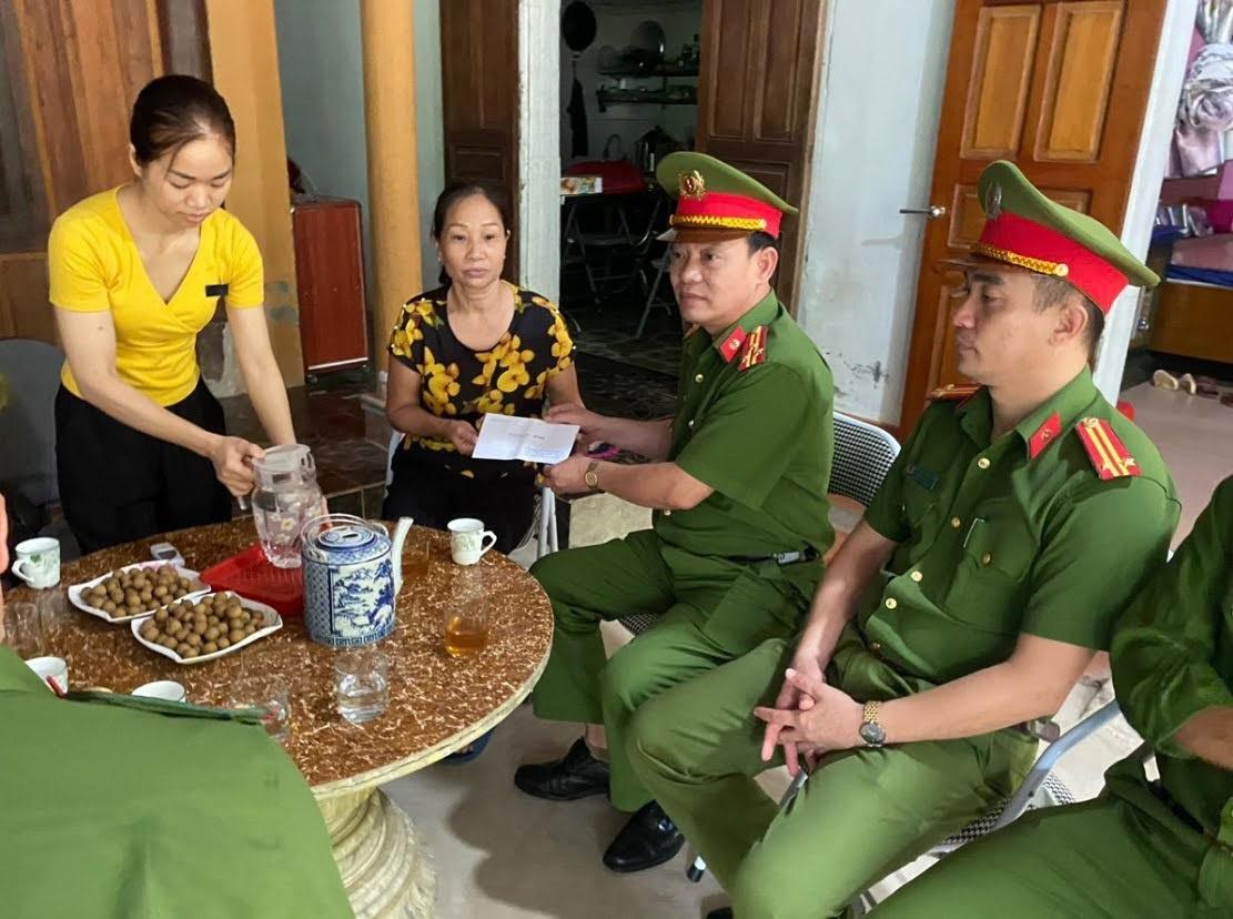 Đoàn công tác Công an huyện Quỳ Châu tặng quà cho thân nhân gia đình đồng chí Đại úy Sầm Quốc Nghĩa