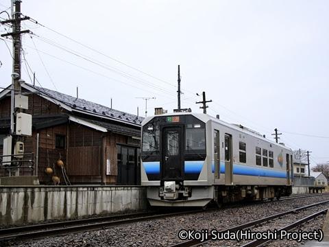 JR東日本 五能線 GV-E400系 岩館駅にて_01