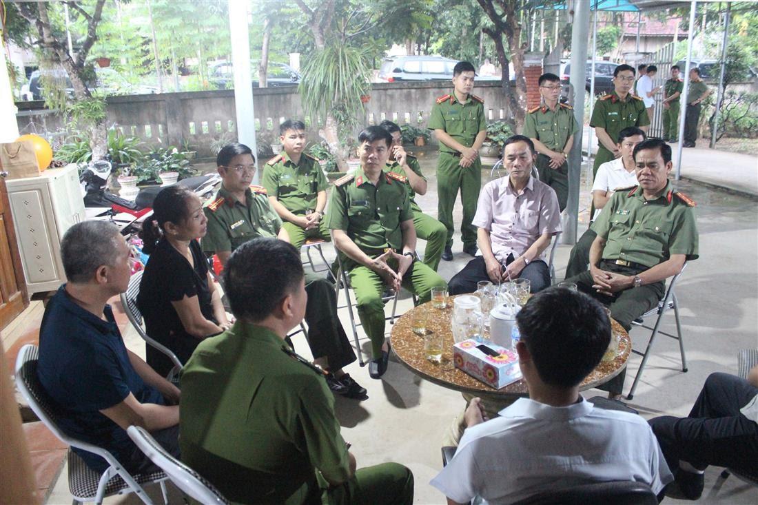 Đoàn công tác Công an tỉnh do đồng chí Đại tá Võ Trọng Hải - Giám đốc Công an tỉnh dẫn đầu thăm hỏi, động viên gia đình thân nhân Đại úy Sầm Quốc Nghĩa.