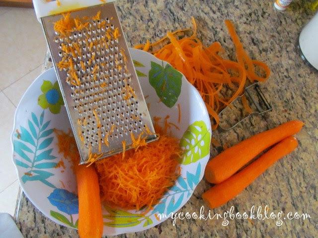 Настъргване на морковите на средно ситно ренде