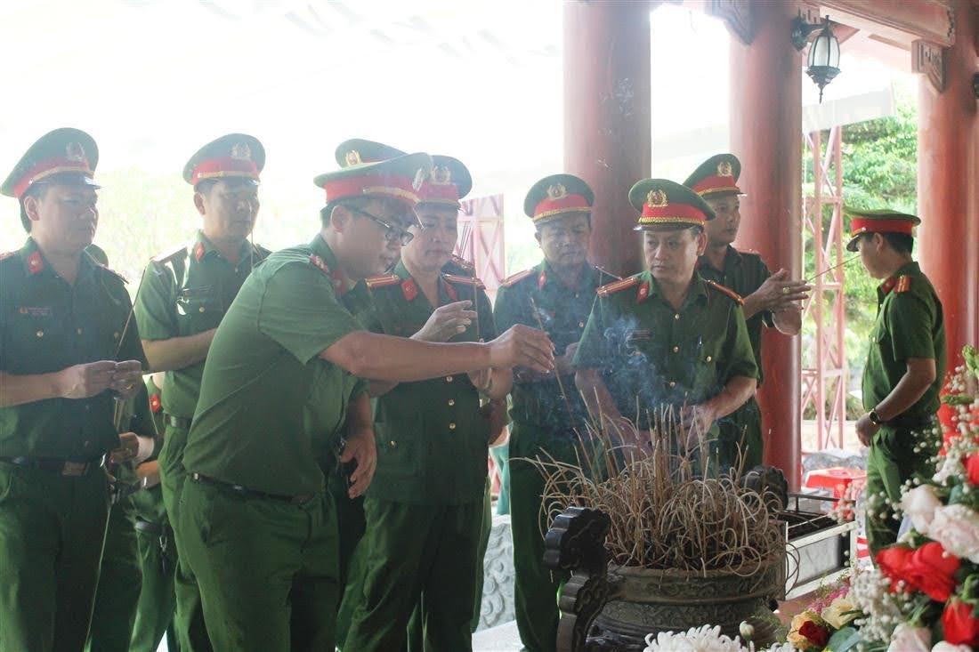 Đoàn đại biểu dâng hương, bày tỏ tấm lòng biết ơn đối với 13 anh hùng liệt sỹ thanh niên xung phong Đại đội 317