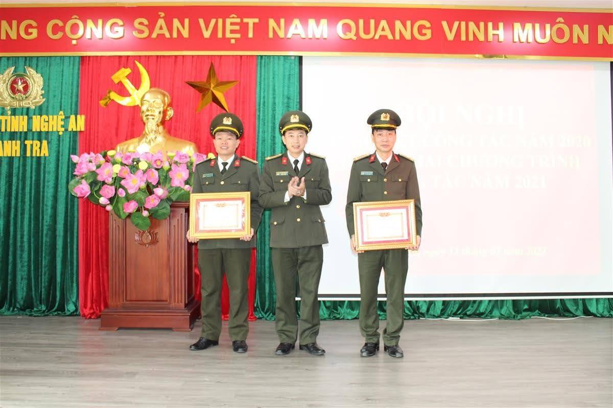 """Trao tặng Danh hiệu """"Chiến sỹ thi đua cơ sở"""" đồng chí Chu Đăng Phan và đồng chí Nguyễn Tất Thắng"""