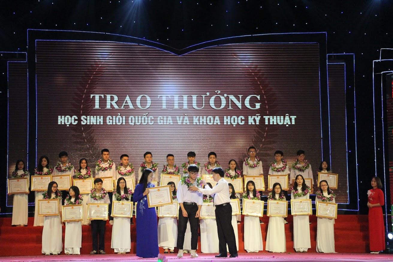 Đồng chí Nguyễn Văn Thông - Phó Bí thư Tỉnh ủy và đồng chí Cao Thị Hiền - Ủy viên Ban Thường vụ Tỉnh ủy, Phó Chủ tịch HĐND tỉnh trao tặng Bằng khen và phần thưởng cho các học sinh giỏi Quốc gia và Khoa học kỹ thuật cấp Quốc gia.