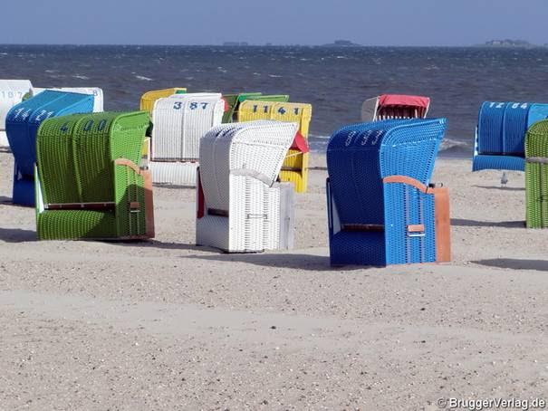 Strand auf Föhr, im Hintergrund einige Halligen