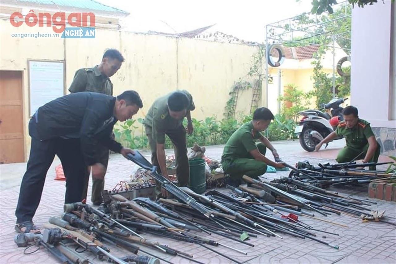 Công an huyện Con Cuông vận động thu hồi vũ khí, vật liệu nổ trên địa bàn