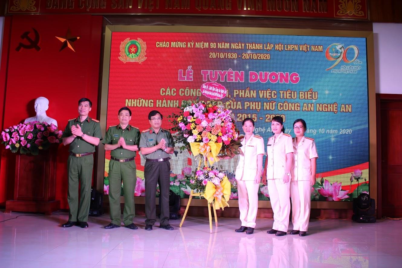 Lãnh đạo Công an tỉnh tặng hoa chúc mừng Hội phụ nữ