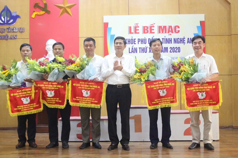 Đồng chí Thái Văn Thành, Giám đốc Sở GD &ĐT, Trưởng Ban tổ chức trao Cờ cho 5 đơn vị đạt thành tích xuất sắc trong công tác GDTC và phong trào Hội khỏe Phù Đổng Giai đoạn 2018 -2020.
