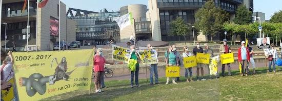 Demonstrierende vor NRW-Landtag.