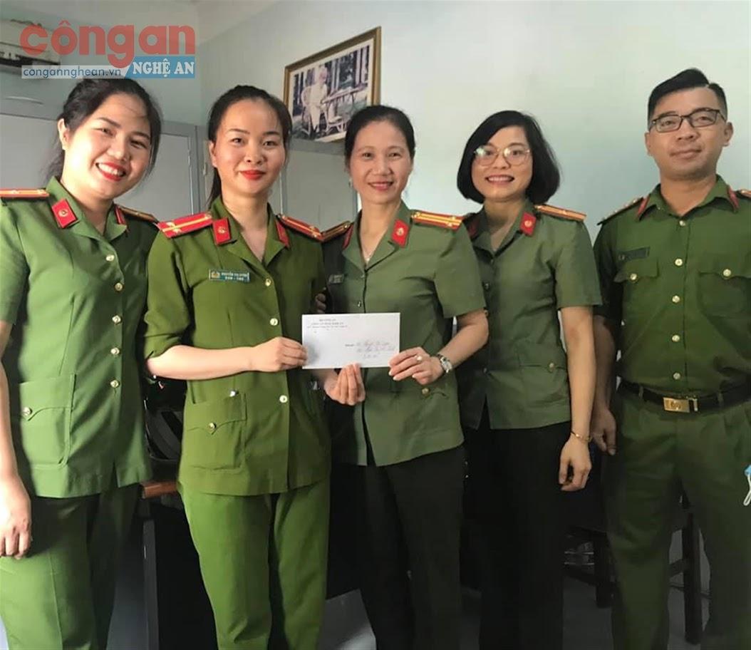 BCH Hội Phụ nữ Công an tỉnh tặng quà cho nữ cán bộ đảm nhận chức danh Công an xã