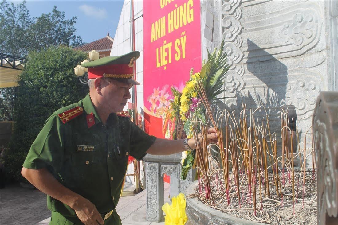 Đoàn đại biểu dâng hoa tại nghĩa trang Quốc tế Việt – Lào