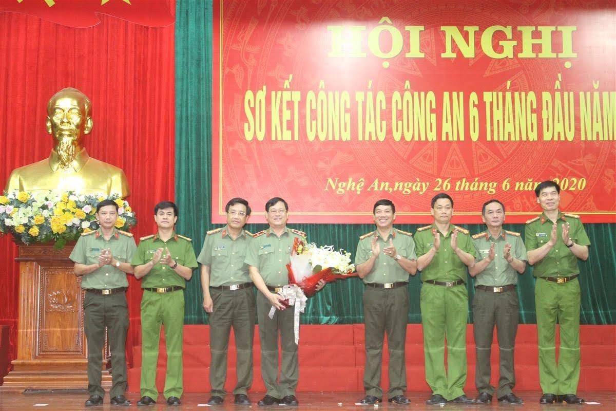 Các đồng chí trong BTV Đảng ủy Công an tỉnh tặng hoa tri ân cho đồng chí Thiếu tướng Nguyễn Hữu Cầu