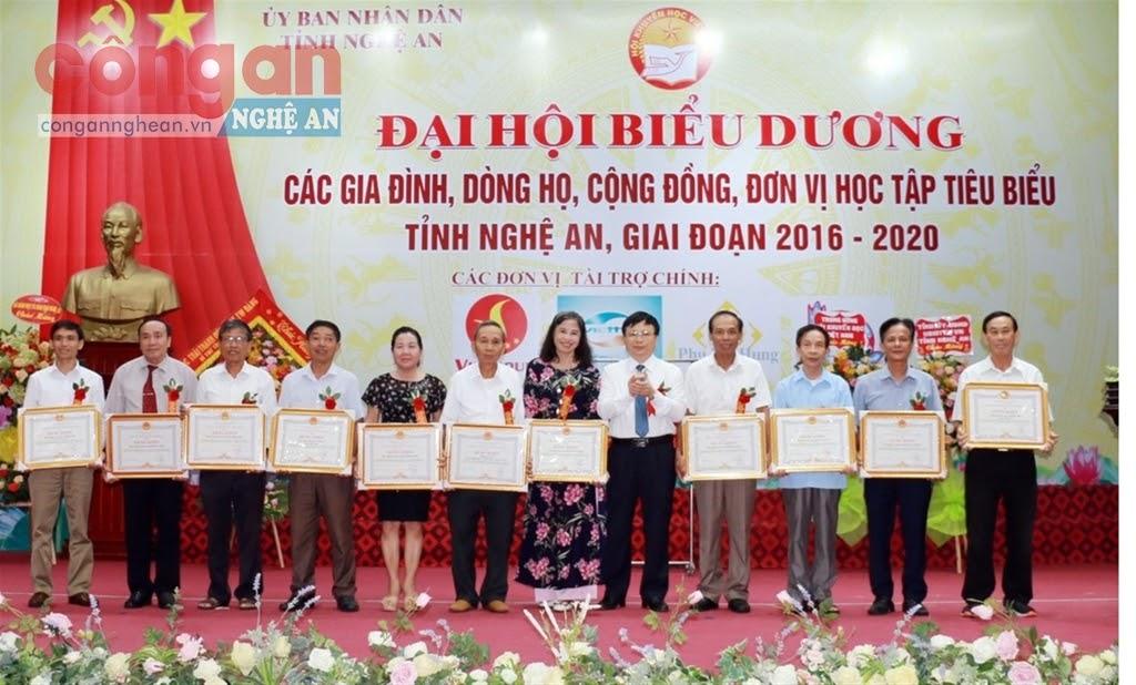 Đồng chí Bùi Đình Long, Phó Chủ tịch UBND tỉnh trao Bằng khen của UBND tỉnh cho các tập thể và cá nhân xuất sắc trong phong trào khuyến học, khuyến tài