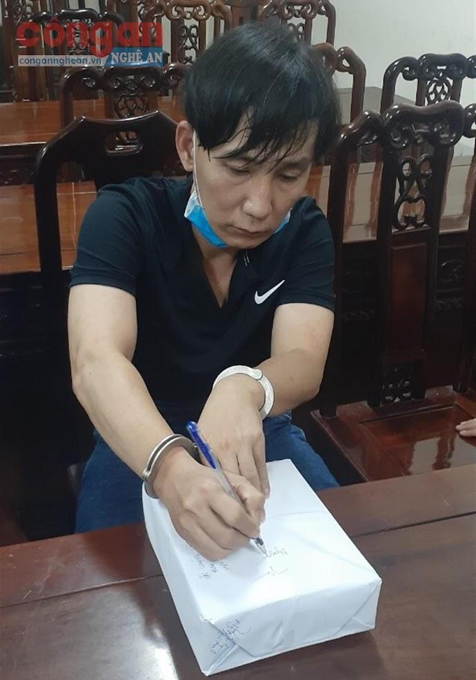 Đối tượng Nguyễn Ngọc Thạch cùng tang vật tại Cơ quan CSĐT Công an tỉnh Nghệ An