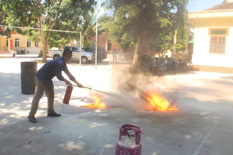 Các học viên thực hành dập tắt đám cháy.