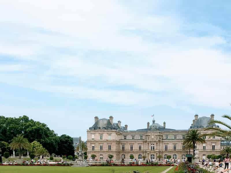 エミリー、パリへ行く ランニングするリュクサンブール公園