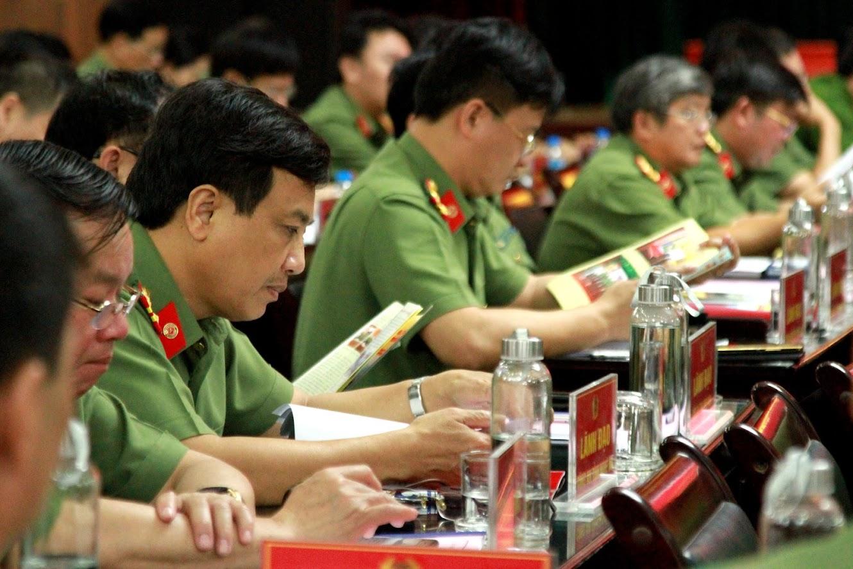 Đồng chí Đại tá Hồ Văn Tứ, Phó giám đốc Công an tỉnh Nghệ An và các đại biểu tham dự Hội nghị.
