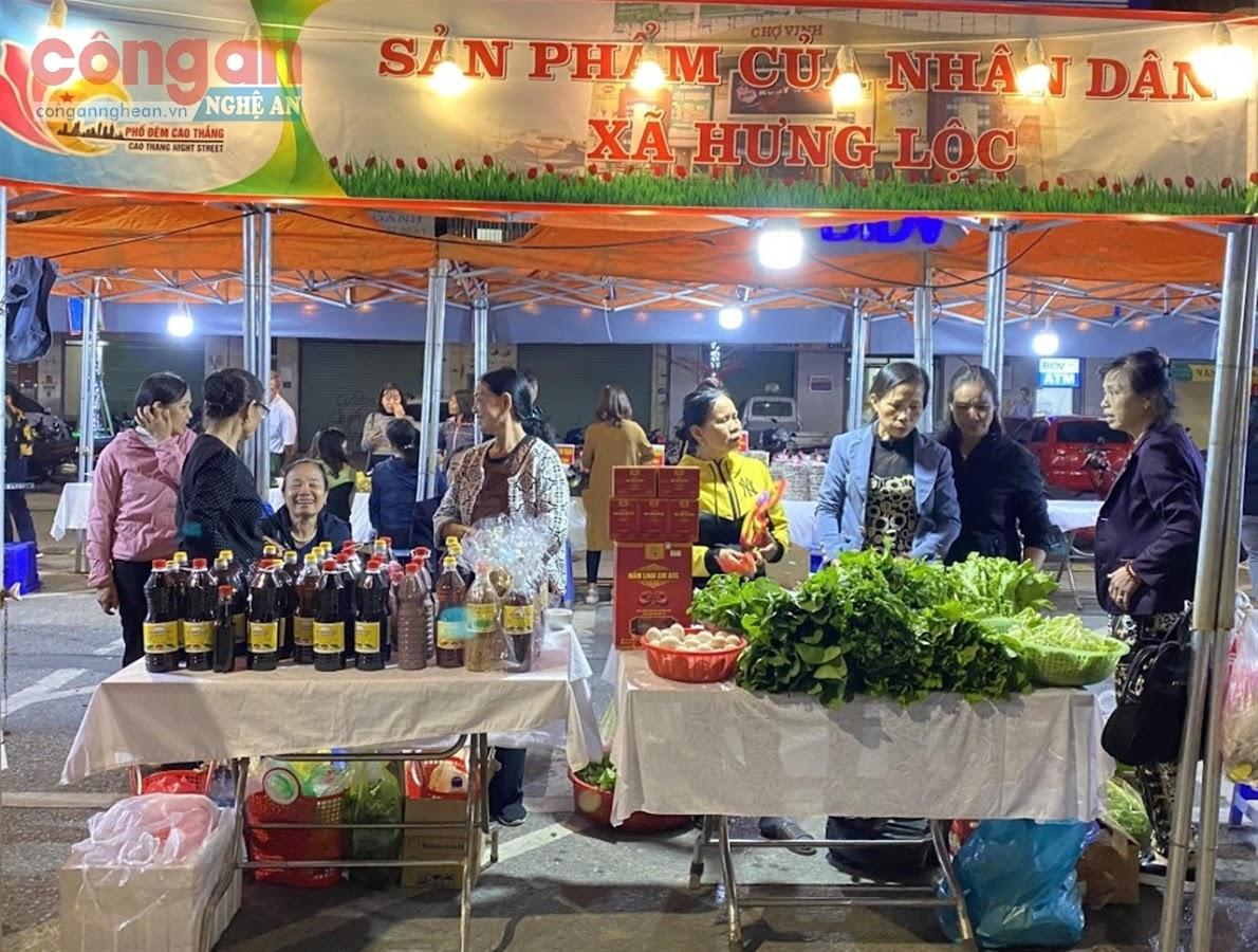 Gian hàng của xã Hưng Lộc (TP Vinh) tại phố đêm Cao Thắng với nhiều sản phẩm đa dạng