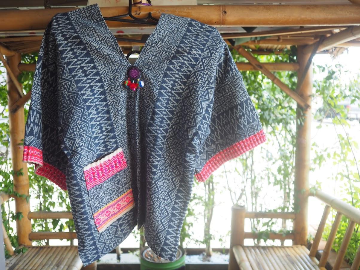 モン族の刺繍入りシャツ@ゴチャパン