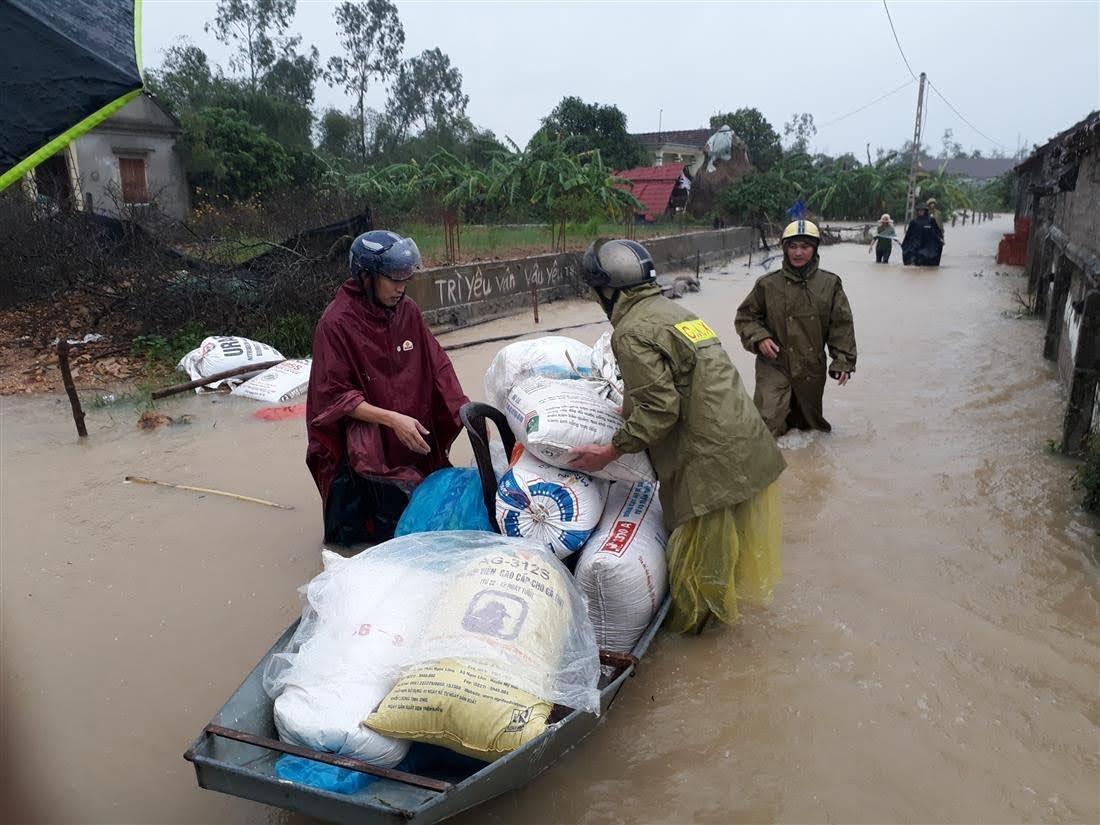 công an huyện Hưng Nguyên xuống các địa bàn xã giúp dân vận chuyển đồ dùng và người tới nơi an toàn