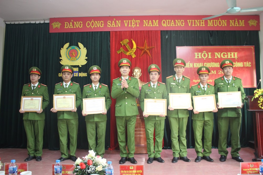 """Đồng chí Đại tá Cao Minh Huyền, Phó Giám đốc Công an tỉnh trao danh hiệu """"Đơn vị Quyết thắng"""", """"Đơn vị tiên tiến"""", """"Đơn vị văn hóa, gương mẫu chấp hành điều lệnh CAND"""" cho các tập thể"""