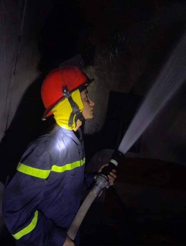 Lực lượng chữa cháy nhanh chóng tiếp cận hiện trường, khống chế đám cháy kịp thời
