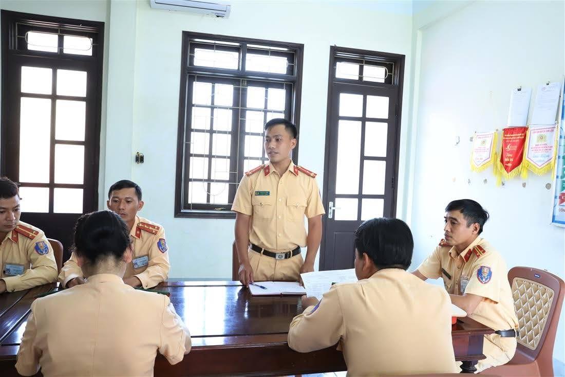 Thượng úy Trần Anh Đức đề xuất cho lãnh đạo Đội nhiều giải pháp đảm bảo TTATGT