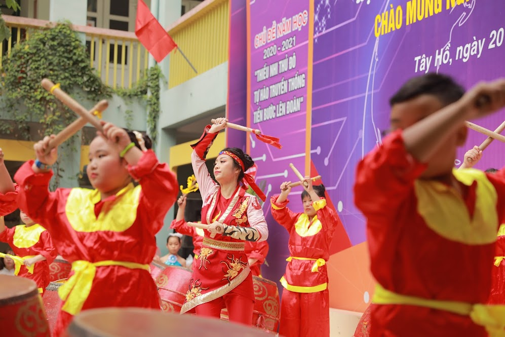 Cô giáo Nguyễn Ngọc Mai rất cá tính qua phần thể hiện tài năng đươc dàn dựng công phu: Đánh trống và nhảy qua liên khúc Con rồng cháu tiên.