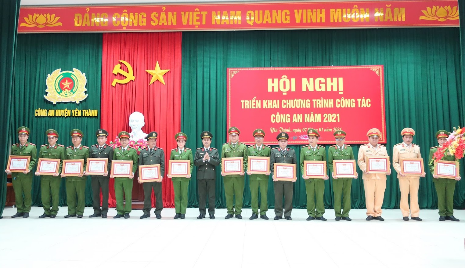 Đồng chí Đồng chí Đại tá Nguyễn Đức Hải – Phó Giám đốc Công an tỉnh, trao thưởng cho các cá nhân, tập thể có thành tích xuất sắc trong công tác công an năm 2020