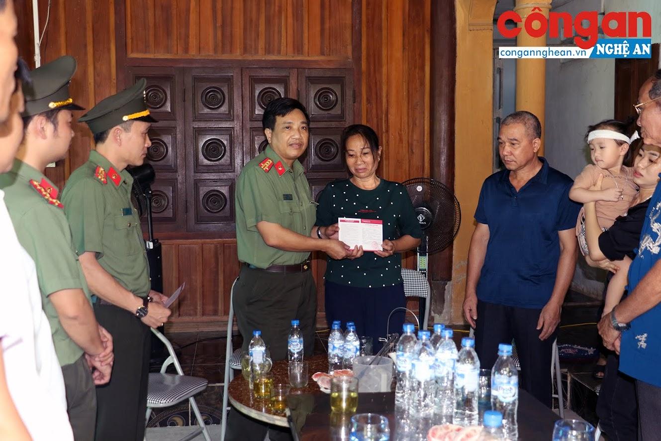 Đại tá Hồ Văn Tứ, Phó giám đốc Công an tỉnh trao tặng sổ tiết kiệm cho bố, mẹ Đại úy Sầm Quốc Nghĩa