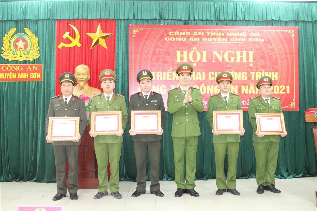 """Trao thưởng danh hiệu """"Chiến sỹ thi đua cơ sở"""" cho các cá nhân có thành tích xuất sắc"""