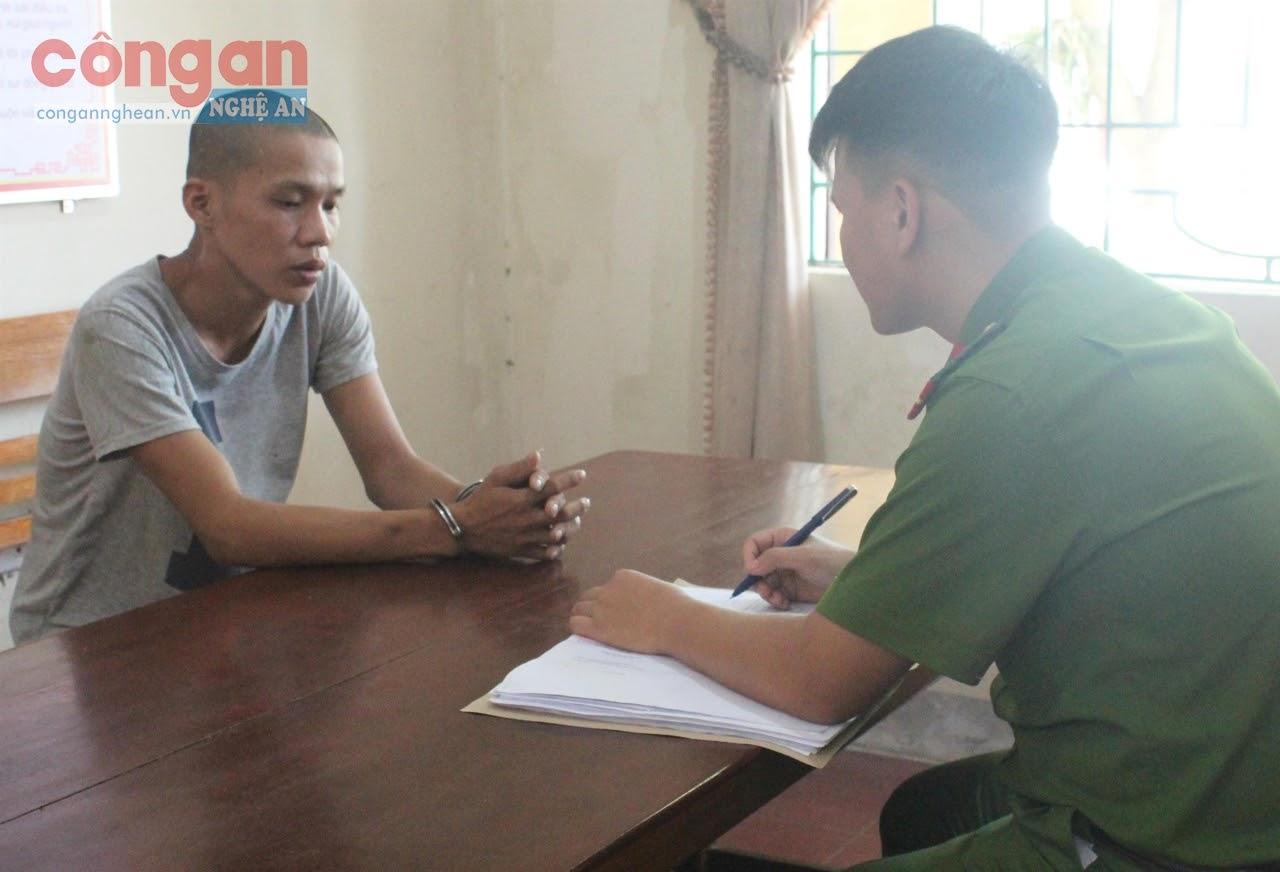 Cán bộ Công an huyện Quỳ Châu lấy lời khai một đối tượng phạm tội về ma túy