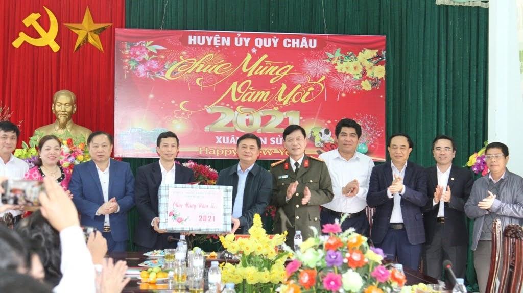 Đoàn công tác tặng quà tại Quỳ Châu