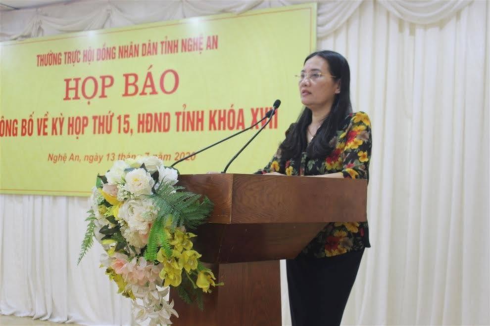 Đồng chí Cao Thị Hiền, Ủy viên BTV Tỉnh ủy, Chủ tịch HĐND tỉnh phát biểu tại kỳ họp