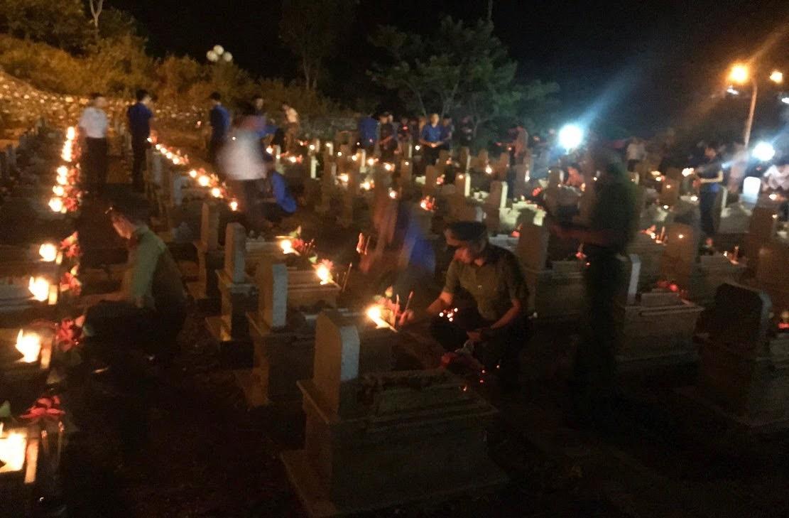 Thắp nến tri ân tại Nghĩa trang liệt sỹ huyện Quỳ Châu.