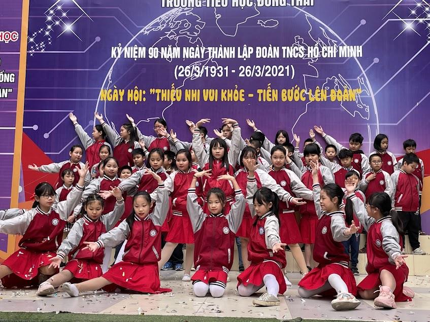 """Tiết mục """"Em là mầm non của Đảng""""- Tập thế lớp 4A3 biểu diễn chào mừng buổi Lễ kết nạp Đội viên"""